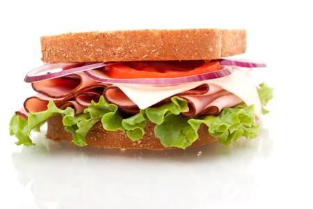 ham sandwich: Delizioso panino di prosciutto cercando su sfondo bianco