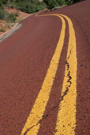 Rode curvy asfaltweg close-up