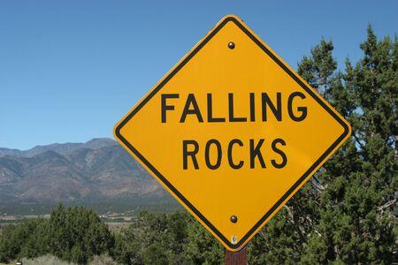도로에서 떨어지는 바위 흔적