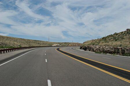 Kronkelende twee baans woestijn snelweg