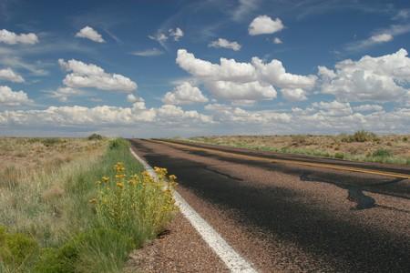 Oude weg die onderhoud nodig heeft
