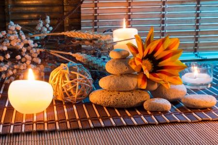 fiori secchi: fiori secchi, le pietre bianche, candele sulla stuoia di bamb�