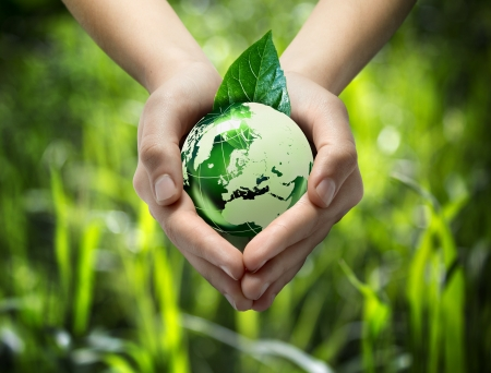 groene wereld in het hart de hand - gras achtergrond
