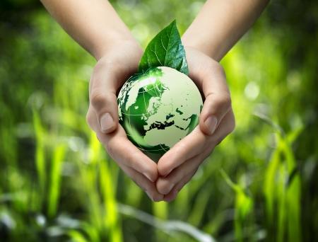 planeta verde: mundo verde en el coraz�n de la mano - fondo de la hierba