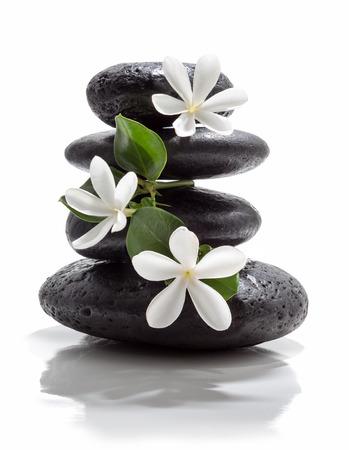 masaje: flores tiare y torre de piedra negro spa Foto de archivo