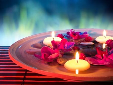 정원에서 부동 촛불, 난초와 접시 스파 스톡 콘텐츠
