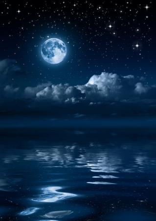 luz de luna: la luna y las nubes en la noche en el mar