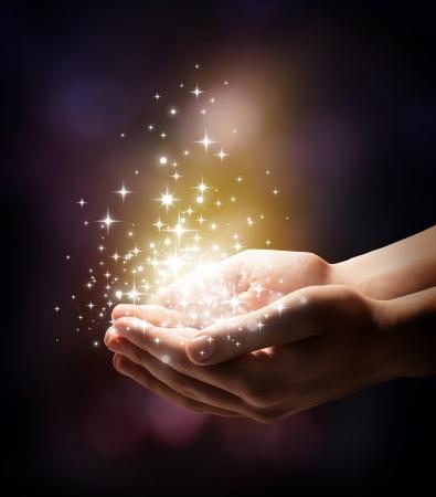 mano de dios: polvo de estrellas y la magia en sus manos Foto de archivo