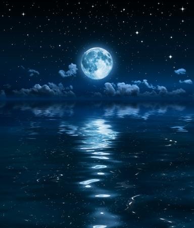 바다에 밤에 슈퍼 달과 구름