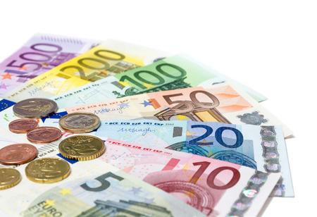 billets euros: pièces et billets en euro sur fond blanc - en perspective