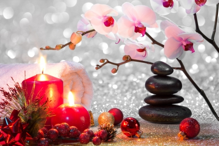 composición del masaje del balneario de la Navidad con velas, orquídeas, piedras