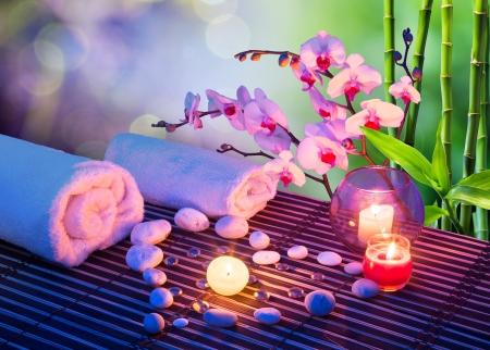 coeur de pierres de massage avec des bougies, des orchidées, des serviettes et bambou Banque d'images