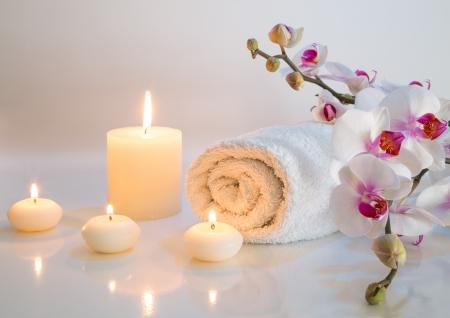 수건, 양초와 난초와 함께 흰색 목욕 준비 스톡 콘텐츠