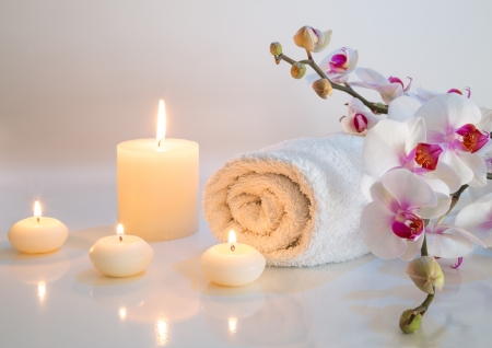 candles spa: preparation for bath in white with towels, candles and orchid  Stock Photo