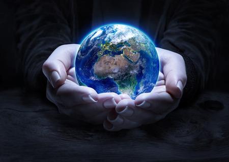 Aarde in handen - bescherming van het milieu-concept Stockfoto