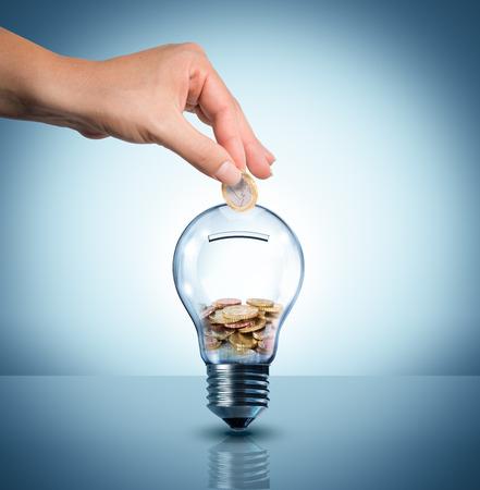 エネルギー コンセプト - 電球のユーロ - piggybank を投資します。