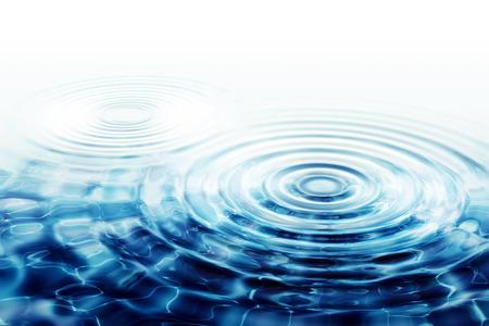 透明な水の波紋 - 2 つの同心円を完璧な