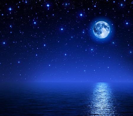 바다에 별이 총총 한 하늘에있는 슈퍼 달 스톡 콘텐츠