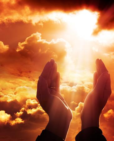 prayer hands: preghiera al cielo - concetto di fede