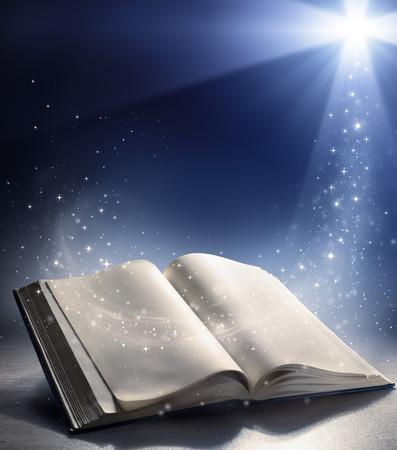 vangelo aperto: Bibbia aperta con il vento della parola di Dio s Archivio Fotografico