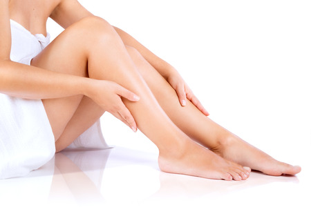 depilacion con cera: Piernas de la mujer y de las manos, en una toalla