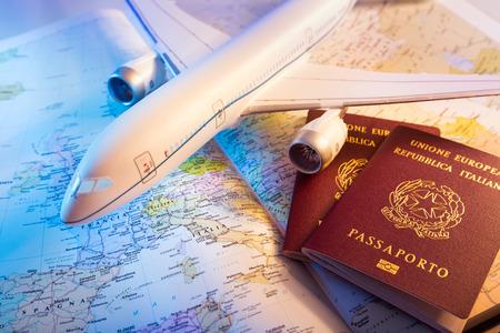 agencia de viajes: pasaporte, avión y mapa de Europa