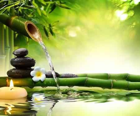 japones bambu: piedras de spa en el jardín con agua de flujo Foto de archivo