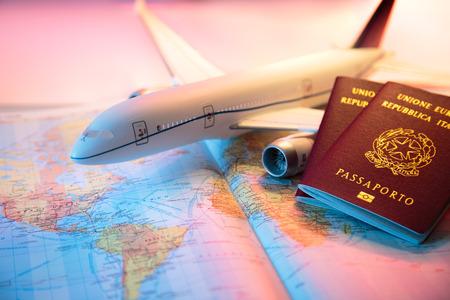 agencia de viajes: viaje en América - pasaporte, avión y el mapa del mundo