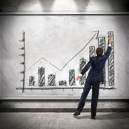 productividad: El hombre de negocios muestra el crecimiento económico