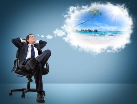 sen: muž sní dovolenou