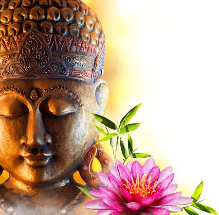 lirio de agua: Estatua de Buda del zen con el lirio de agua y bamb�