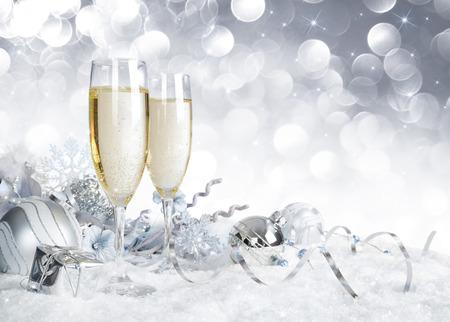 銀のクリスマス装飾で乾杯します。