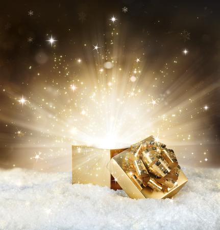 magic schijnen van kerst cadeau - gouden stardust en sneeuw Stockfoto