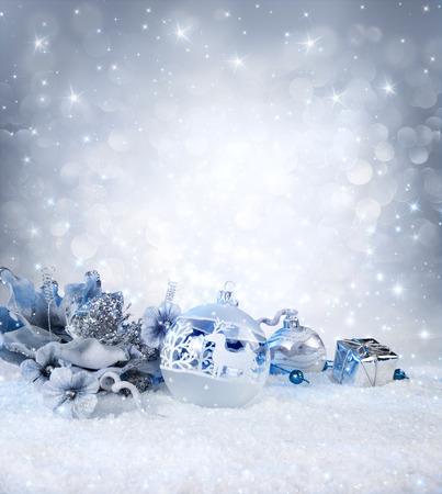 Silberkugeln und Dekoration auf Schnee - funkelnde Hintergrund
