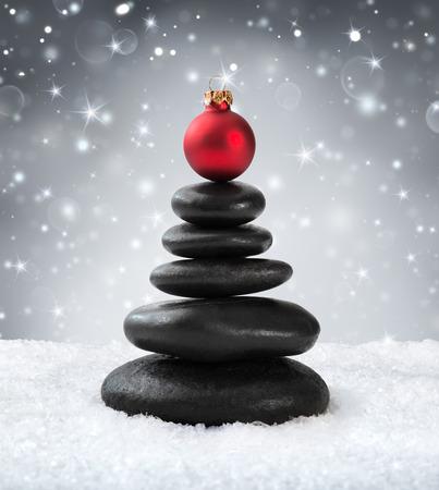 piedras zen: piedras de spa - en navidad Foto de archivo