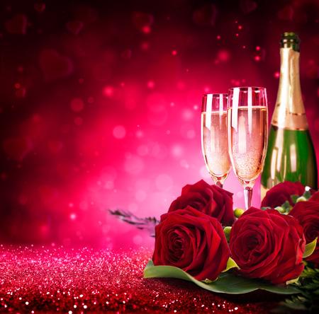 romantik: mousserande valentine? s dag med champagne och rosor Stockfoto
