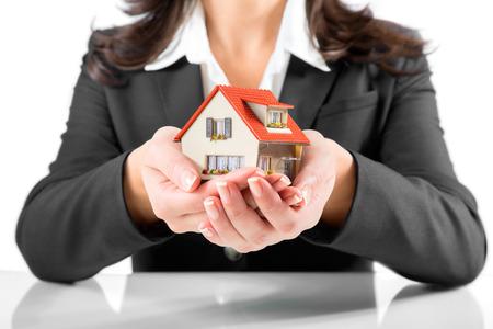 verzekering en bescherming concept - makelaar vrouw geeft een huis