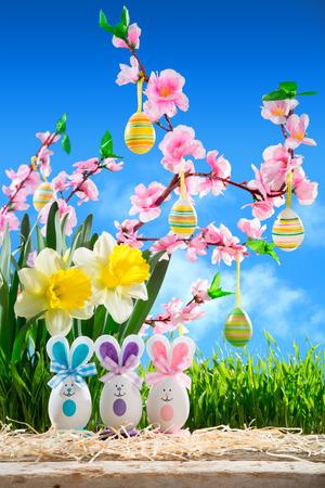 flor de durazno: Conejos de Pascua con flor de melocotón y narciso