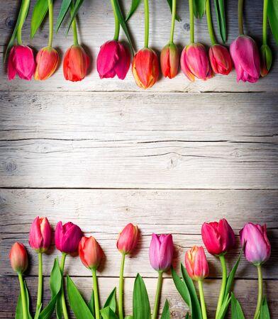flor morada: tulipanes en madera de la vendimia - Fondo de Pascua