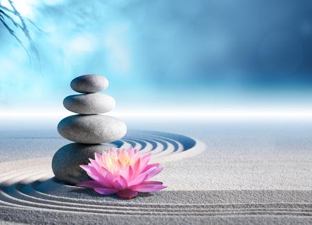 steine im wasser: Sand Lilie und Spa-Steine ??in Zen-Garten Lizenzfreie Bilder