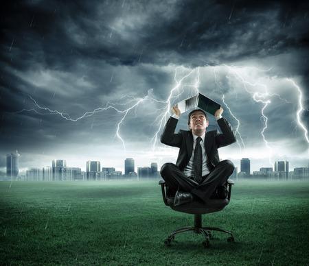 estado del tiempo: hombre de negocios de riesgos y de crisis es reparado por la tormenta con el ordenador Foto de archivo