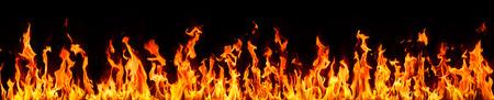 llamas de fuego: fuego y llamas sobre fondo negro  Foto de archivo