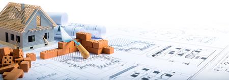 edificio: construcción de ladrillos de las casas y el proyecto para la construcción Foto de archivo