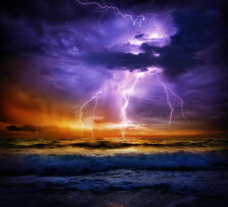 estado del tiempo: rayo y la tormenta en el mar de la puesta del sol - el mal tiempo Foto de archivo