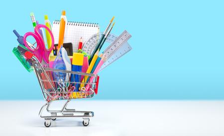 detras de: útiles escolares en la cesta - volver a la escuela Foto de archivo