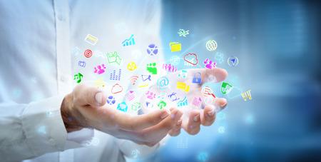 interaccion social: multitarea concepto - aplicaciones en las manos