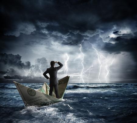 crisis economica: barco de dólar en el mal tiempo