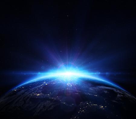 Planet: planeta tierra con la salida del sol en el espacio - horizonte azul que brilla en EE.UU.