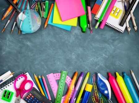 onderwijs: Schoolbenodigdheden dubbele rand op het bord Stockfoto