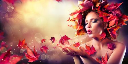 美しさ: 赤葉の美容ファッション モデルの女の子を吹く秋の女性